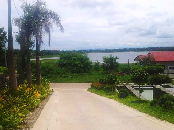 Paoay Lake lot road access