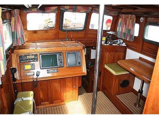 pilothouse ketch yacht navigation